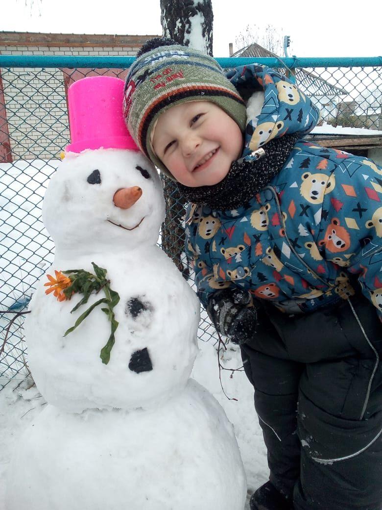 Снеговик во дворе – огонёк озорства в душе!